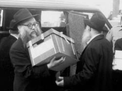"""הספרים חוזרים לבית אגודת חסידי חב""""ד - 770"""